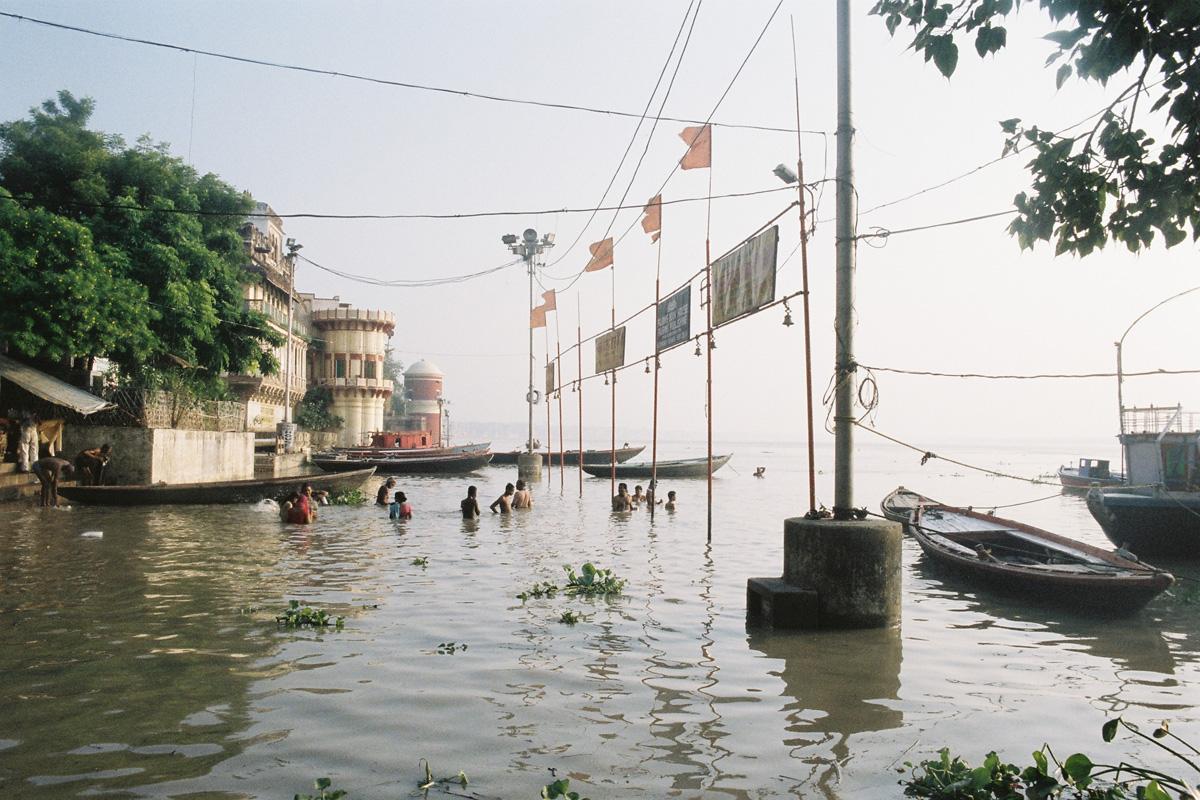 Des gens se baignent en Inde