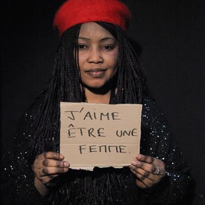 Femme avec pancarte pour le droit des femmes