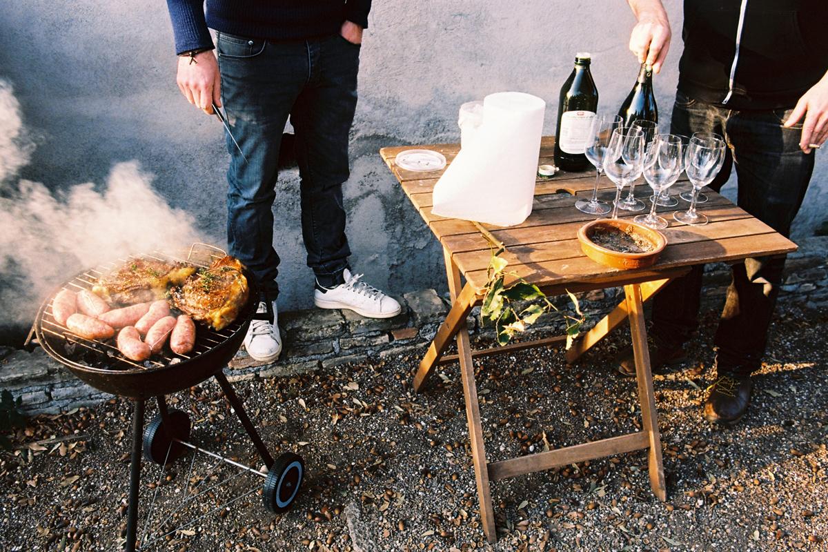 barbecue et verre de vin sur une table