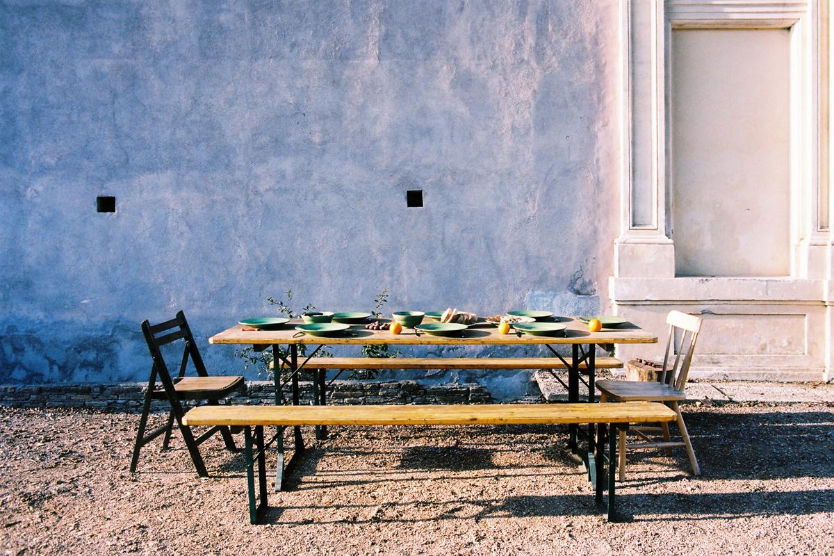 une table dressée avec deux bancs et deux chaises