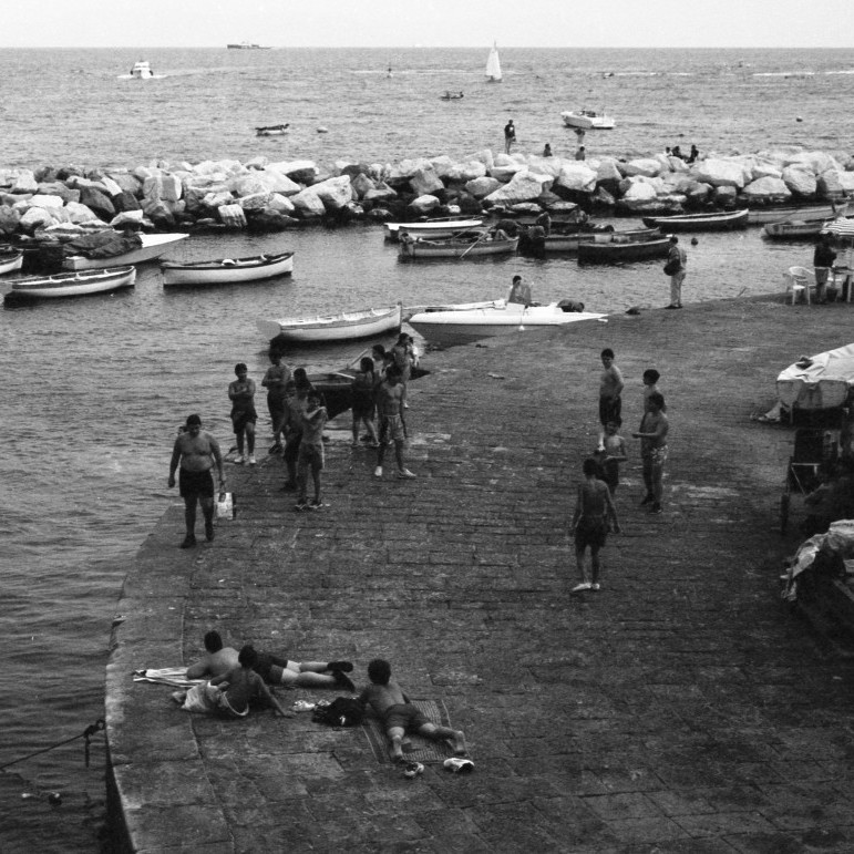 Naples harbour, teenagers are together. Port de Naples en été, les garçons adolescents sont ensemble.